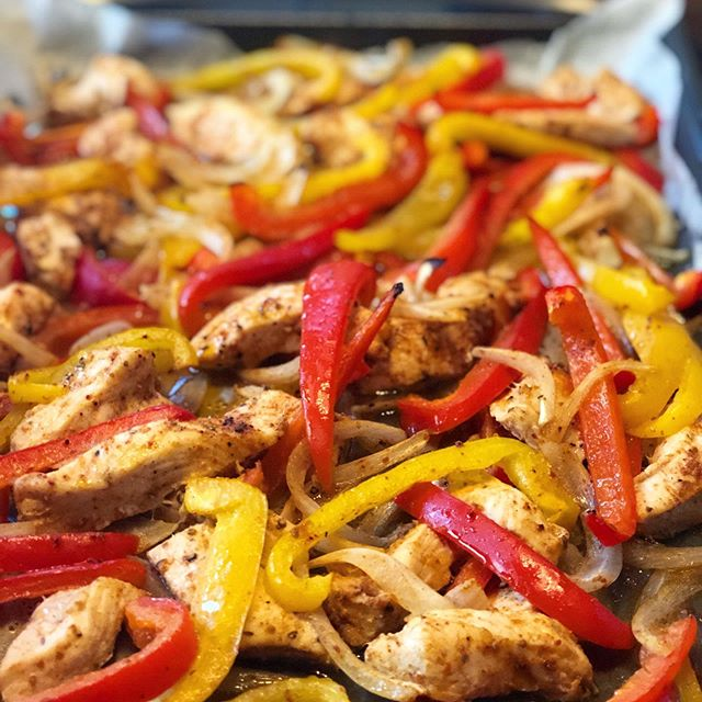 Taco Tuesday courtesy of @therealfoodrds and their sheet pan fajitas 😍#tacotuesday #glutenfree #dairyfree #paleo #whole30 #fajitas #sheetpanfajitas #realfood #wholefoodie #foodie #eattherainbow #feedyourjourney
