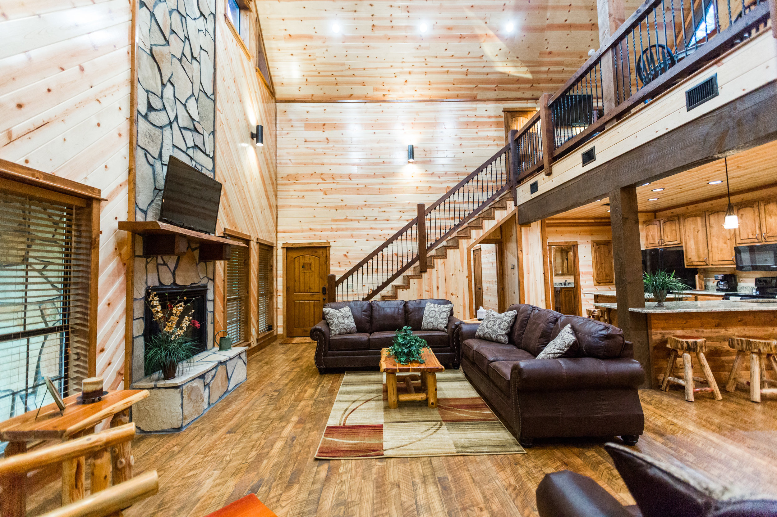 oklahoma luxury cabin rentals beavers bend vacation getaway hochatown mount fork river stephens gap lake ouachita mountains fireplace leather couches