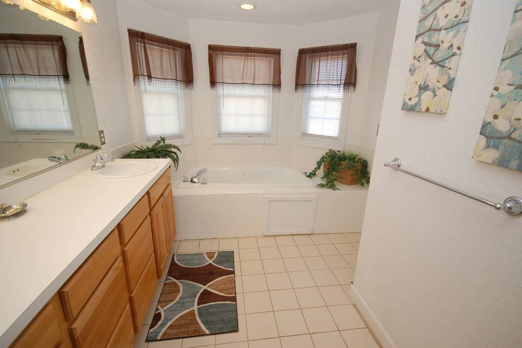 Main Level King Master Suite Bathroom with Jacuzzi Tub.jpg