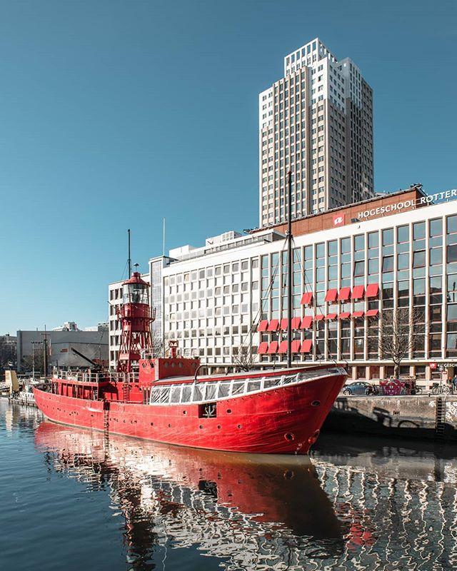 Sunlit ship. • • • #gestaltes #rotterdam