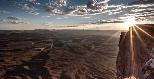 Also stehen wir - um halb sechs auf und verlassen in der Dunkelheit den Kayenta. Mit den erlaubten 45 Meilen brausen wir dahin, als wir schon die ersten Hasen im Scheinwerfer-Licht über die Strasse flitzen sehen. Uns schwant übles... Und es kommt wie es kommen muss: Alain und Jenny fahren voraus und machen innerhalb weniger Minuten zwei Langohren platt. Wären wir nicht auf Sonnenaufgangs-Jagd und die Hasen nicht zu flach für einen Braten gewesen (die Asphalt- und Gummivergiftung lassen wir mal ausser Acht) hätte Oli die Viecher glatt vom Strassenbelag gekratzt. Eventuell hätte es noch ein paar schöne Finken gegeben...