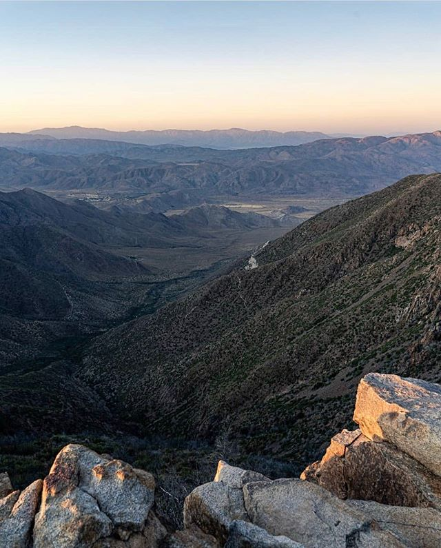 Foster Point in Mount Laguna is an easy hike (1.4 miles out and back) with a big payoff. From here you get a fantastic perspective of Anza-Borrego desert and many of Southern California's highest mountains. To help you identify them, the Sierra Club installed a rustic direction finder that shows a total of 17 peaks. This hour-long trek is dog-friendly, good for kids and safe to travel year-round. (📷: @beautyiswiild) #hikesandiego #hikesd
