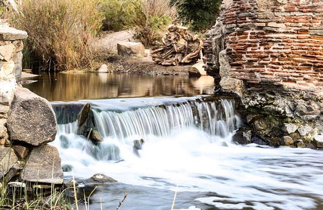 Name that dam! This dam in @mission_trailsregionalpark is a National Historic Landmark that is about 200 years old. According to @nationalparkservice, a bad drought between 1800 and 1802 led the mission fathers at San Diego de Alcala to design this dam. The mission's Native American converts from the Kumeyaay Nation built it, but by 1867 the dam and aqueduct were in ruins. Check out our stories to find out its name and learn more about its history! (📷: @dhumphrey77) #hikesandiego #hikesd
