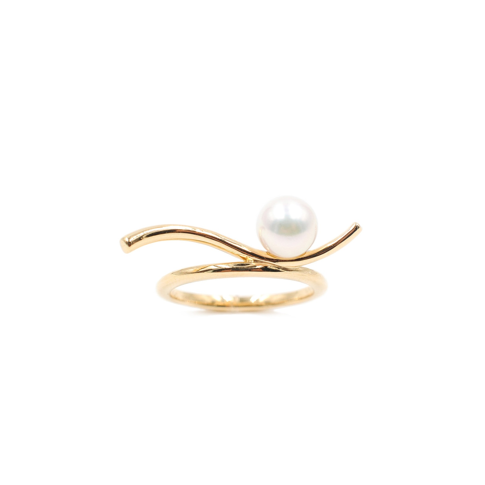 Pearl Surfing a Gold Wave Ring | 18K yellow gold, pearl