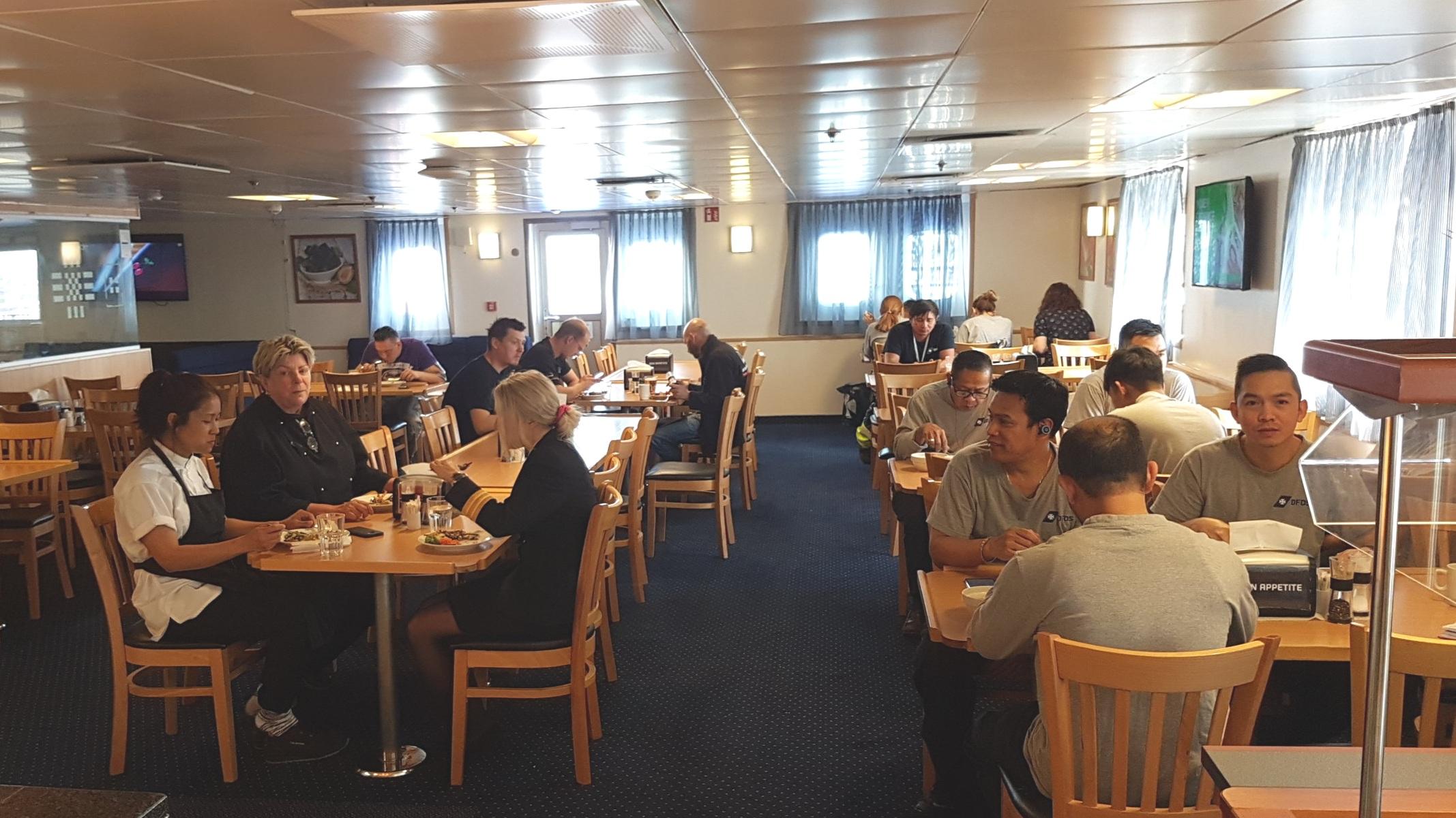 Messen er lagt sammen på KING SEAWAYS, så alle besætningsmedlemmer spiser sammen.