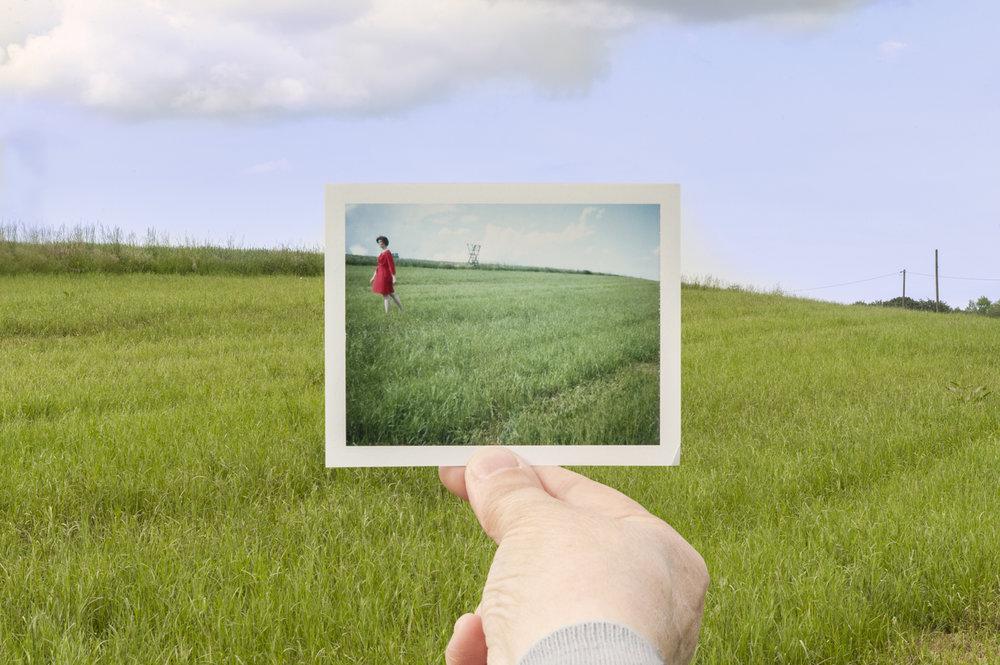 Photo Industrieverband, Bild im Bild, Polaroid, rotes Kleid im grünen Feld