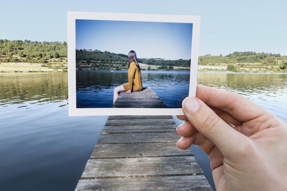Photo Industrieverband, Bild im Bild, Polaroid, Frau im gelben kleid sitzt auf dem Steg am See