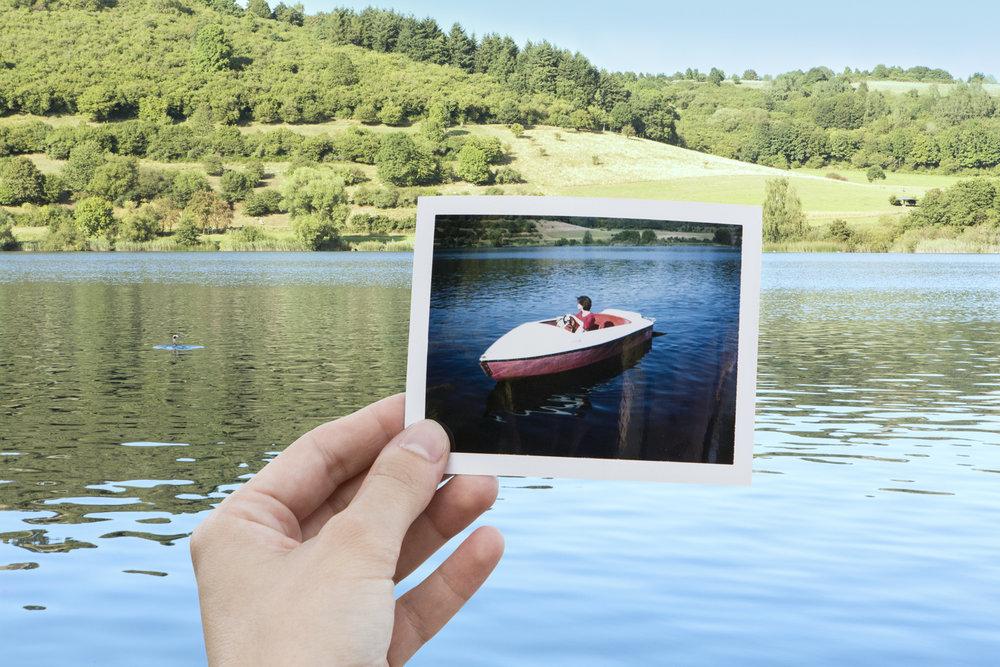 Photo Industrieverband, Bild im Bild, Polaroid, Frau im Boot auf einem See