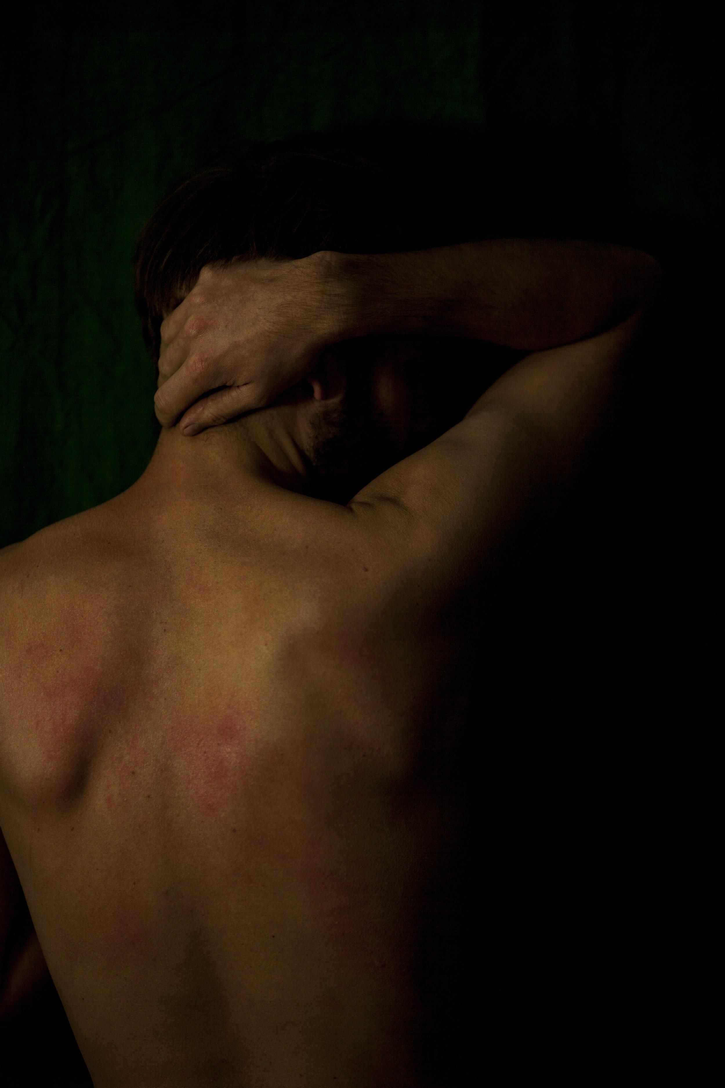 La chute del'homme blanc - Je suis devenue photographe pour révéler la puissance des femmes. Aujourd'hui, ma démarche s'étend aux hommes parce que je ressens une grande nécessité de faire le lien, de bousculer les assignations à être homme ou femme.Le monde a besoin du féminin : de l'intuition, de la création.J'ai donc choisi de créer un espace sombre, confortable et sécurisant pour les hommes dans mon studio. J'utilise la lumière comme une présence qui les protège et qui les isole du reste de la pièce. Ma voix les guide, les enveloppe.Je leur dit que cette séance est un moment qu'il s'offrent, pour eux, à l'abri, hors de ce qu'ils sont censés faire ou de ce que l'on attend d'eux « à l'extérieur ». Et je commence par leur lire cette citation de Marion Woodman :« Votre présence est pouvoir. Ce n'est pas un pouvoir sur quelqu'un d'autre. C'est simplement l'expression de qui vous êtes. Le pouvoir, dans le sens d'exercer un contrôle sur autrui, diffère de cette présence toute personnelle. L'amour est le véritable pouvoir.»J'observe comment cela résonne en eux. Et puis, je leur pose cette question :Pour vous, que signifie être puissant ?Et je regarde les carapaces tomber et le silence se faire.Le clair-obscur parle de la profondeur non révélée que les hommes portent en eux. Le contour, la partie du corps dans la lumière, le dos comme un besoin de repli, de retour à soi est ce qu'il choisit de laisser voir de lui à cet instant. La lumière révèle la part infime de cette fragilité qu'il laisse apparaître.Je procède à des enregistrements sonores des séances, en vue de comprendre ce qui se joue dans l'instant, de capter ces instants d'intimité, cela donne naissance à des «conversations photographiques».Laure Duchet
