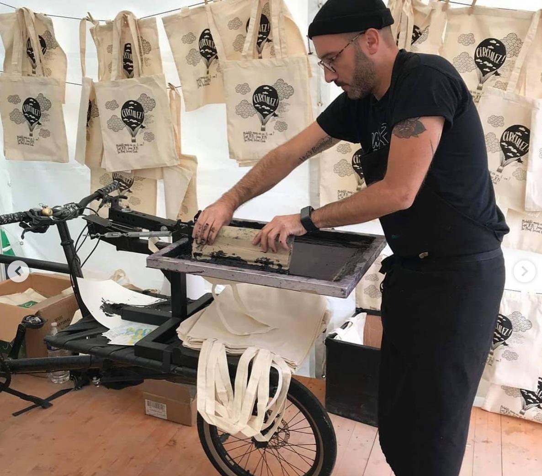 Sérigraphie liveBrian cougar - atelier de sérigraphie ambulant vous propose de sérigraphier votre tote bag Klin d'oeil.http://briancougarartwork.tumblr.com/