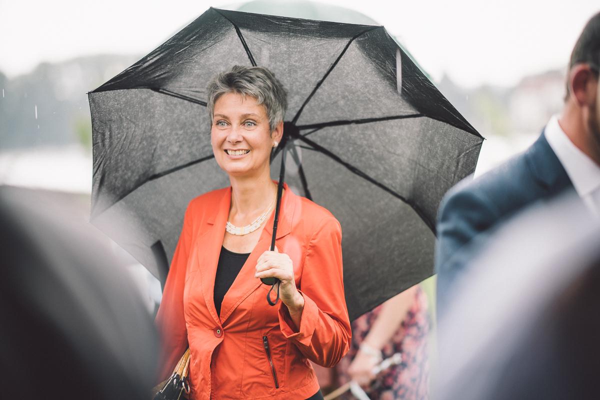 """Zuerst Sonne. Kurz vor dem Ja-Wort beginnt es, zu nieseln. Dann regnete es. Wieder Sonnenschein. Lebendig und bunt, wie im """"richtigen"""" Leben.  Freie Trauung von Lena und Dominik in der """"Burg Crass"""" in Eltville, Rheingau."""