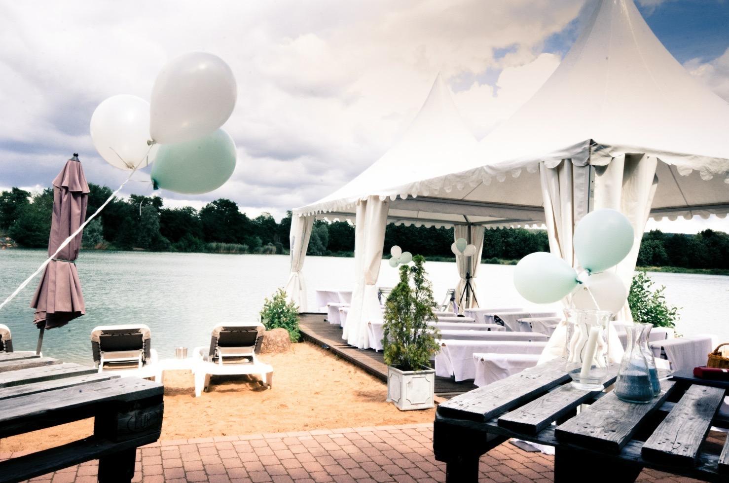 """Noch sind die Gäste nicht da.  Freie Trauung von Silvia und Oliver im """"Seehotel Niedernberg"""" in Niedernberg."""