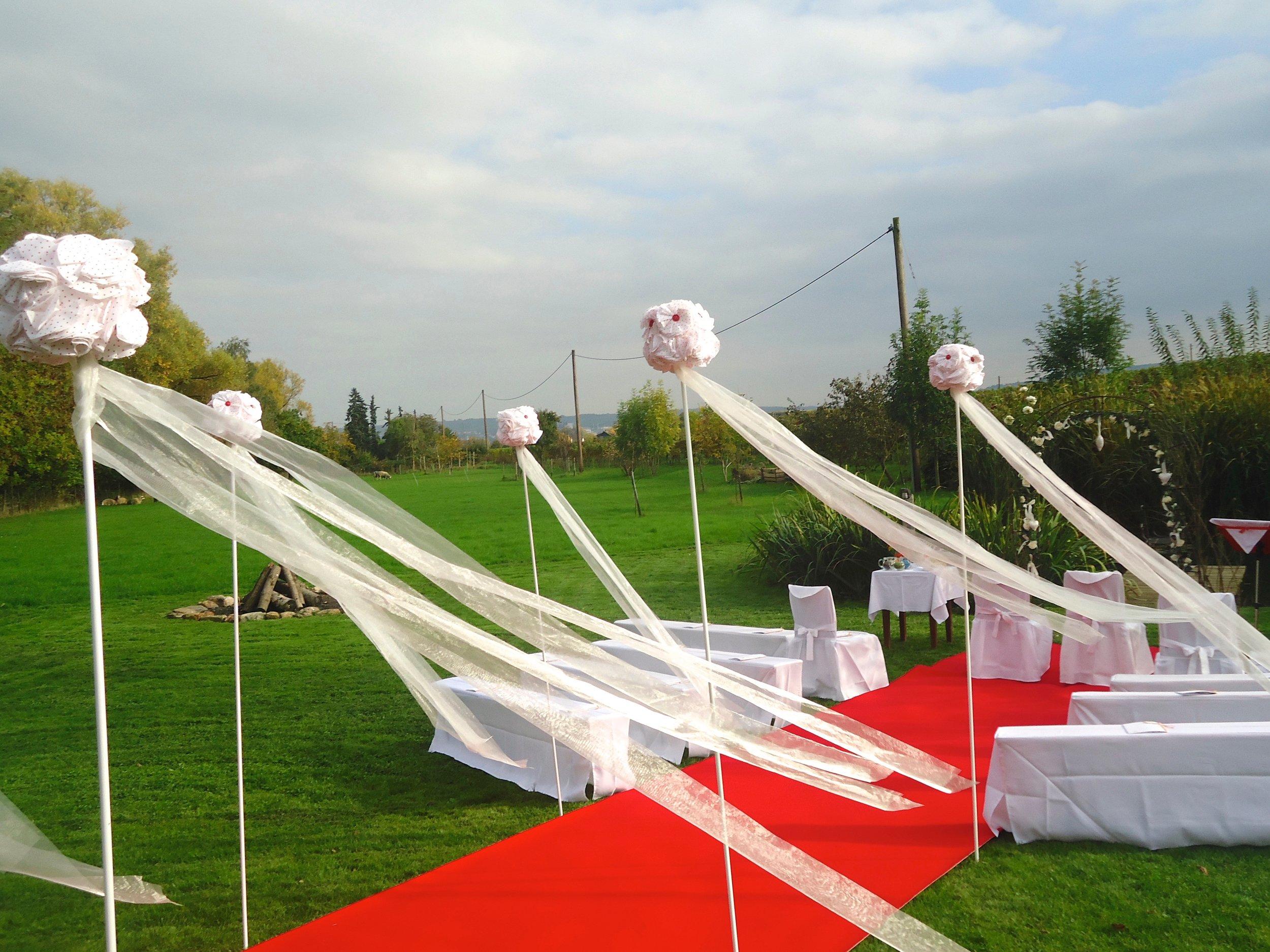"""Der Wind lässt die Bänder tanzen. Gleich kommt das Paar.  Impressionen aus der """"Ankermühle"""" in Oestrich-Winkel, Rheingau."""