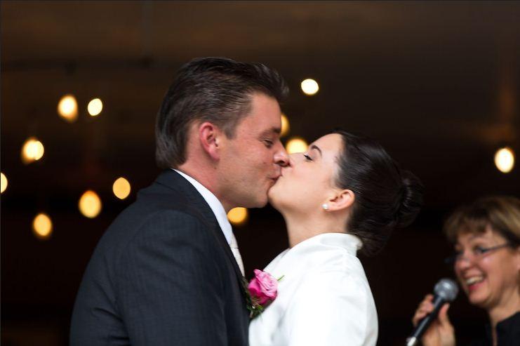 """""""Wir müssen nicht, wir wollen heiraten, und miteinander alt werden, auf Augenhöhe und mit Humor"""".  Freie Trauung von Stefanie und Robert im """"Brunnenwärterhaus"""" in Bad Nauheim-Schwalheim."""