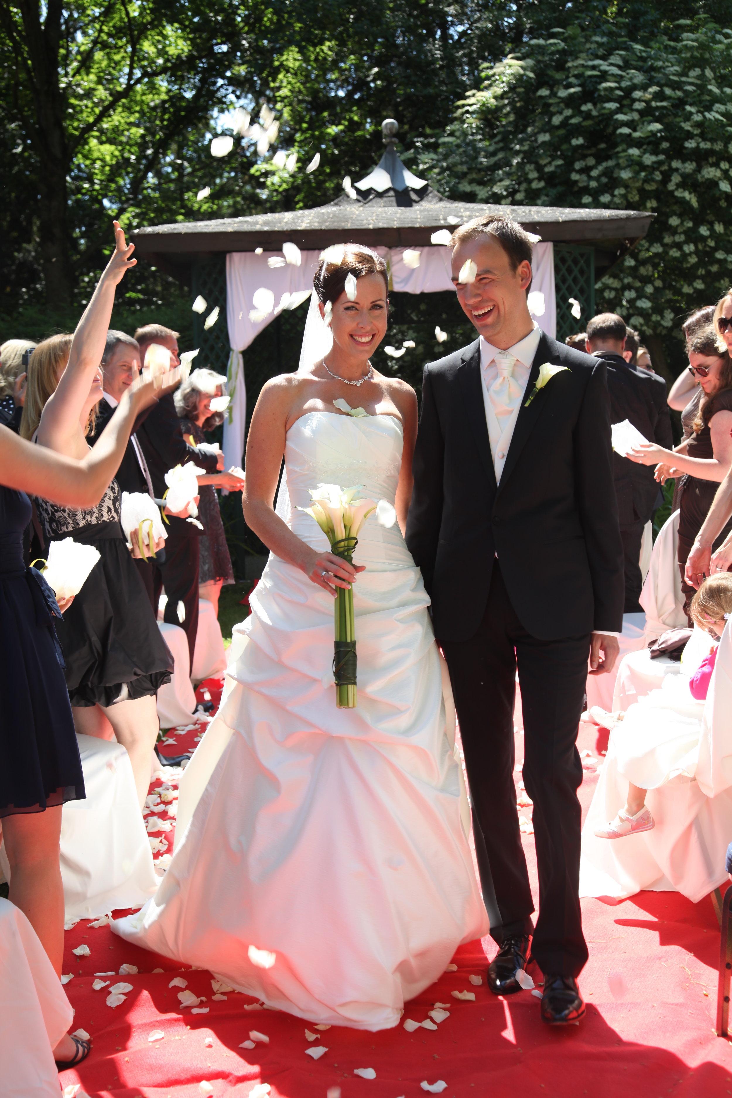 """""""Die schönsten Geschenke macht man sich selbst."""" Eine wunderschöne Liebeserklärung. Ein Heiratsantrag. Der Beginn eines Weges zu zweit.  Freie Trauung Vera und Tobias im """"Kronenschlösschen"""" in Eltville, Rheingau."""