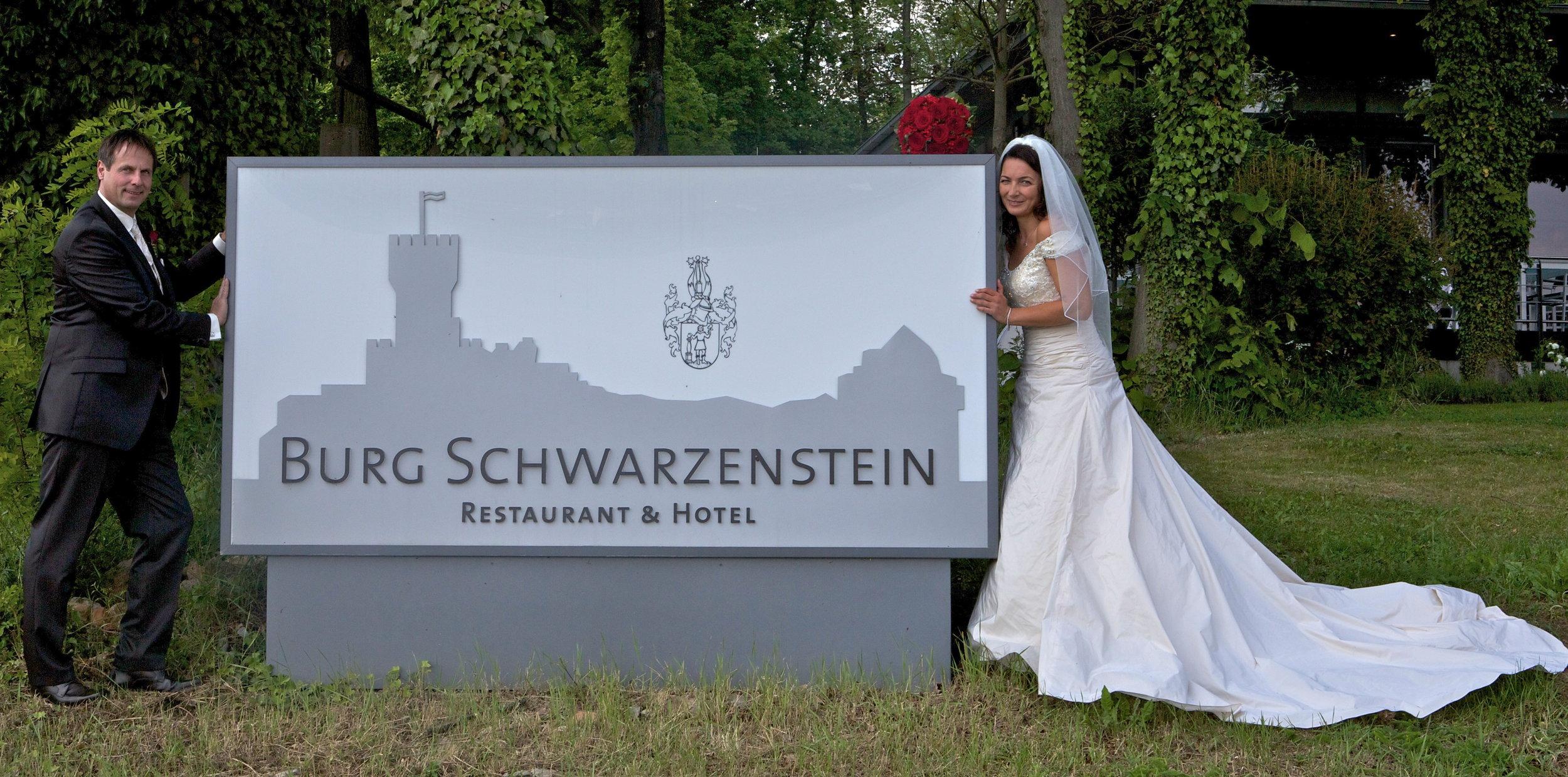 """""""Die Liebe ist ewig, solange wir uns um sie bemühen."""" Langjähriges Motto. Leitspruch. Wegweiser. Das Großartige im Kleinen sehen. Jeden Tag neu.  Freie Trauung von Astrid und Helmut, man sieht es, wo: In der """"Burg Schwarzentsein"""" in Geisenheim-Johannisberg, Rheingau."""