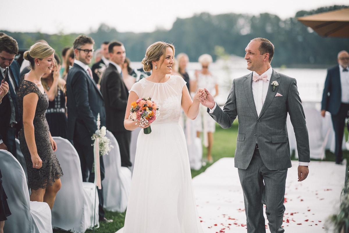"""Beim Heiratsantrag gab es einen roten Teppich. Bei ihrer freien Trauung schreiten Lena und Dominik über einen weißen Teppich mit Blütenblättern.  Freiie Trauung von Lena und Dominik in der """"Burg Crass"""" in Eltville, Rheingau."""