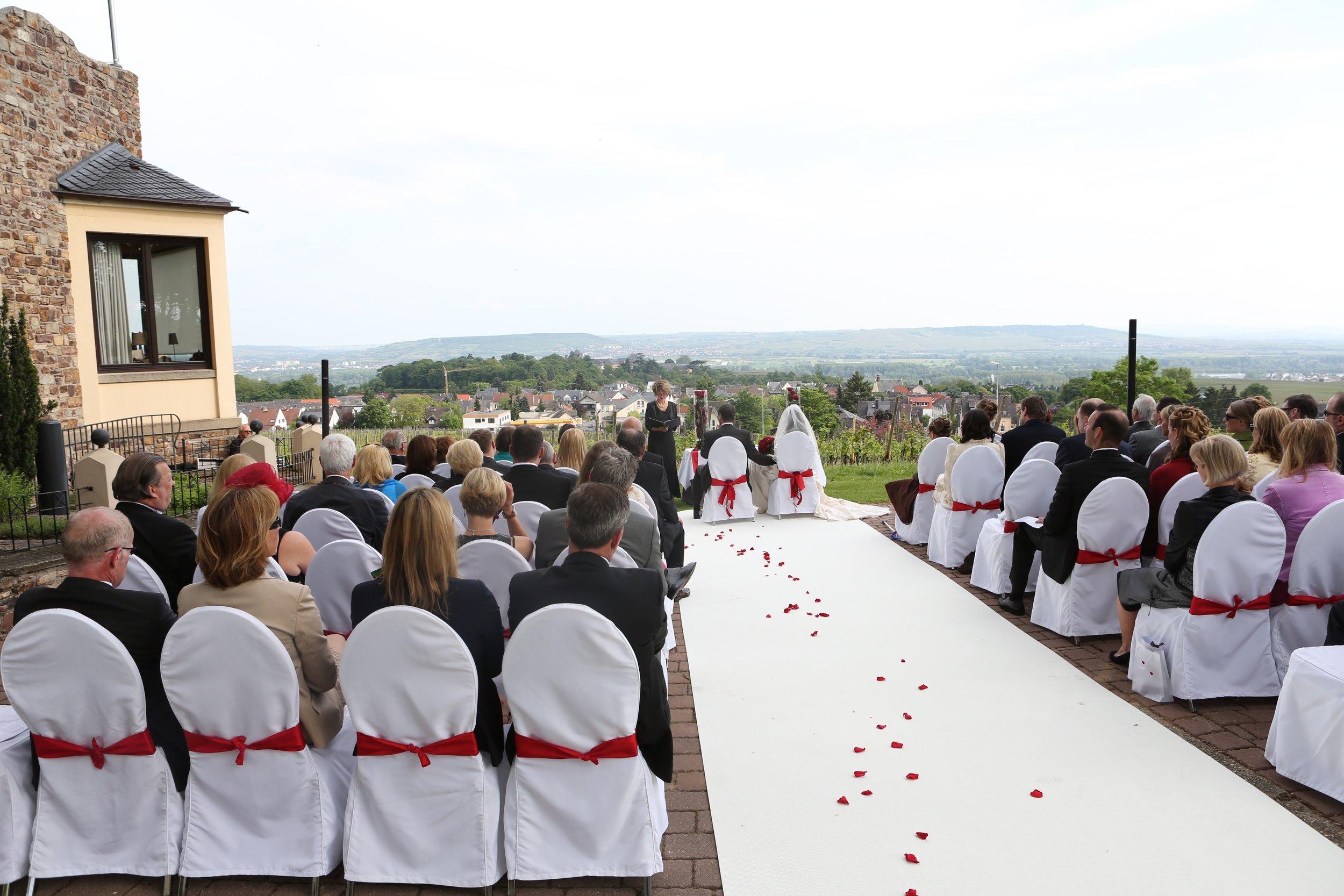 """Ein grandioser Blick bis auf die andere Rheinseite.  Freie Trauung von Astrid und Helmut auf der """"Burg Schwarzenstein"""", Geisenheim-Johannisberg, Rheingau."""