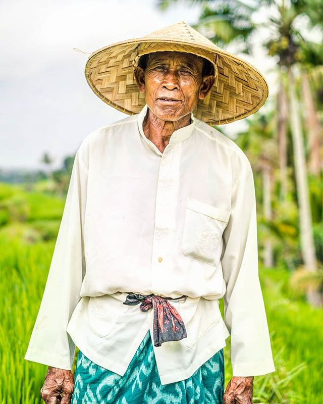 This gentlemen working in the rice field offered to be taken pictures with me and his working tools. I politely declined and instead, asked if I could take a picture of him. He said yes and here is the shot. My girlfriend made me realized a few moments later while we continued our walk, that this man was just standing there to take pictures with tourists for some money. I quickly felt bad and embarrassed for not having realized that and given him something for this picture. . . . . #bali #balinese #balineseculture #ricefield #tegallalang #portrait #worldface #discoverportrait #bestphotogram_portraits #instagram_faces #rsa_portraits #indonasia #balitrip #balilife #visitbali #baliisland #bestinbali #thebaliguideline #explorebali #sonyimages #travelinbali #baliphotographer #travelgrams #sonyimages #sonyaplha #sonyalphaclub #bevisuallyinspired #aroundtheglobe #roundtheworld