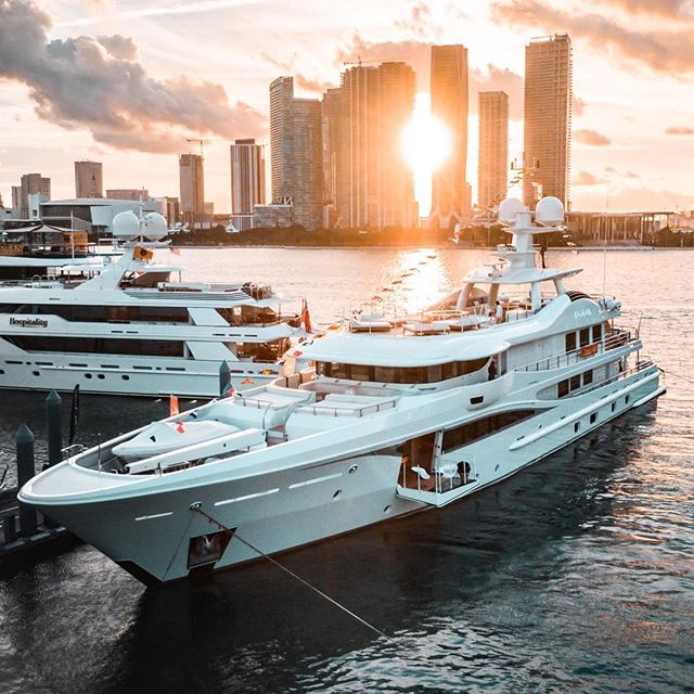 55m @Amels_holland M/y Kamalaya fitting in well with the Miami skyline — 📸 @sheltondupreez of @luxuryyachtfilms for @denison_superyachts
