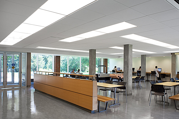 Breezeway - Le Breezeway est situé dans l'aile B de York Hall.C'est un espace étudiant où tous les étudiants sont invités à rester et à étudier ou à sortir quand ils le souhaitent. Des prises de charge, des ordinateurs et une imprimante N & B sont disponibles.———————————————————-_The Breezeway is located on the ground floor of the B-wing of York Hall.This is a student space where all students are welcome to stay and study or hang out whenever they would like. Charging outlets, computers and a B&W Printer are available.
