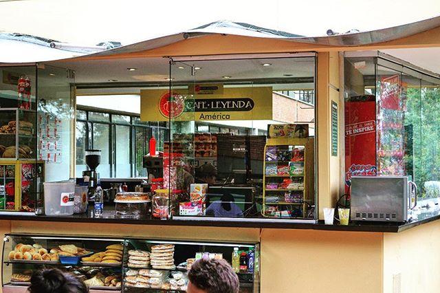 Otro de nuestros puntos listos para servirte • En la @uniamericaoficial • felices de poder empezar la semana con un #delicioso #caféleyenda • • • • • • #cafe #cafecolombiano #instafood #coffeeshop #universidad #estudiantes #instafood #coffeebreak #megustaelcafe #amantesdelcafe #ilikecoffee #tiendadecafe
