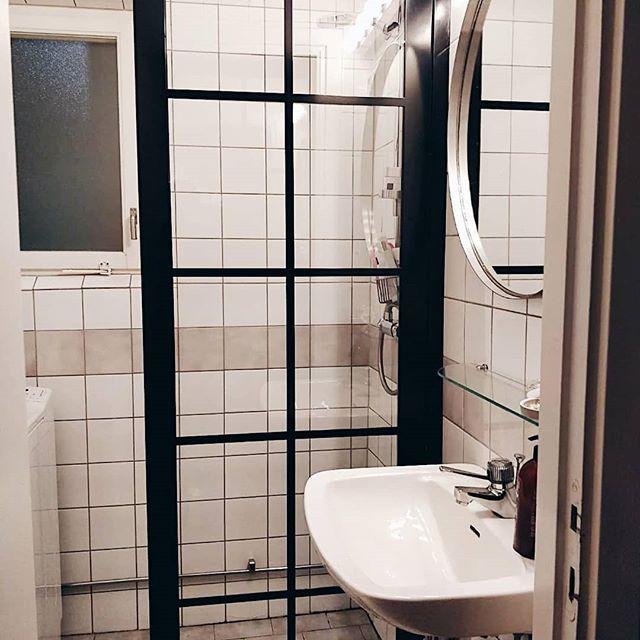 Även ett lite äldre badrum kan få sig ett fantastiskt lyft med en #industrivägg 😍😁👌 Här hemma hos en av våra kunder! @therecialindqvist, bild efter och före. . #badrumsvägg #badrum #inspiration #inredning #nordiskdesign #industrivägg