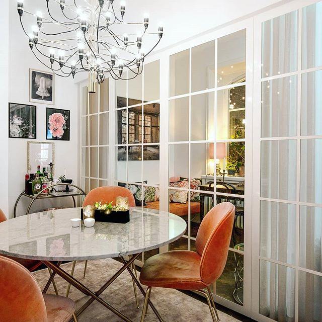 Skilj av ett rum utan att förlora ljusinsläppet - Industrivägg och sekelskifte, en fantastisk kombination med inslag av modern inredning. Hemma hos en av våra kunder som installerat våra standardväggar som nu även finns i vitt!! 😍 . . #wow #hemmahoskund #industriglas #industridesign #sekelskifte #skiljevägg #nordiskdesign #ljusinsläpp #inspiration #inredning #inredningsinspiration #rumsavdelare #glasväggar
