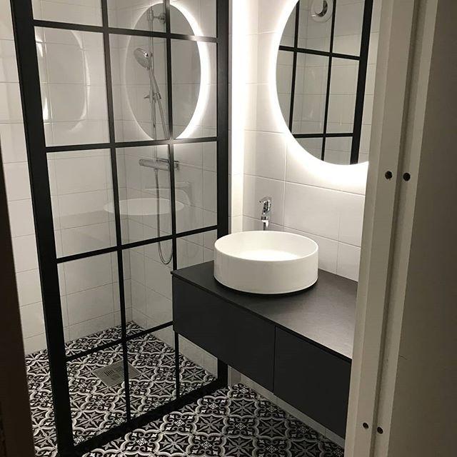 """""""Perfekt service och tillika perfekt duschvägg😁"""" fantastiskt roligt att få så fin feedback från en av våra kunder som just inrett det här lyxiga badrummet. 😍 . . . . #hemmahoskund #wowvilketbadrum #stil #industridesign #industriglasvägg #inspo #industristil #industrivägg #spröjsadefönster #badrumsrenovering #badrumsinspo #glasväggar #glasvägg #inredning #inredningsinspiration #interiordesign #nordiskdesign #duschvägg #dusch #spröjs #skiljevägg #rumsavdelare #heminredning #duschvägg"""