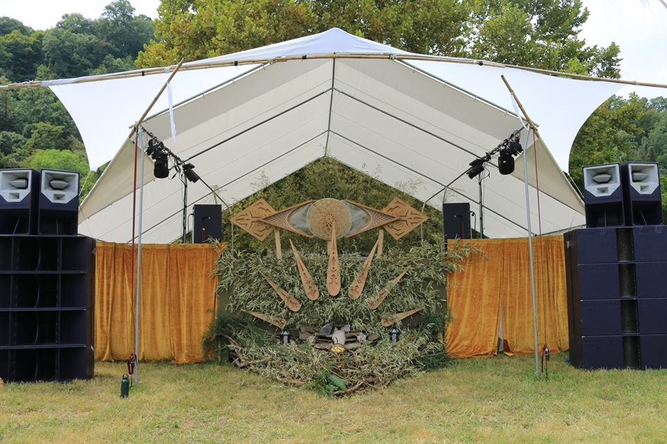 Solasta's single stage was designed by Sacred Element Event Design ( Credit:  Lisa Diamond)