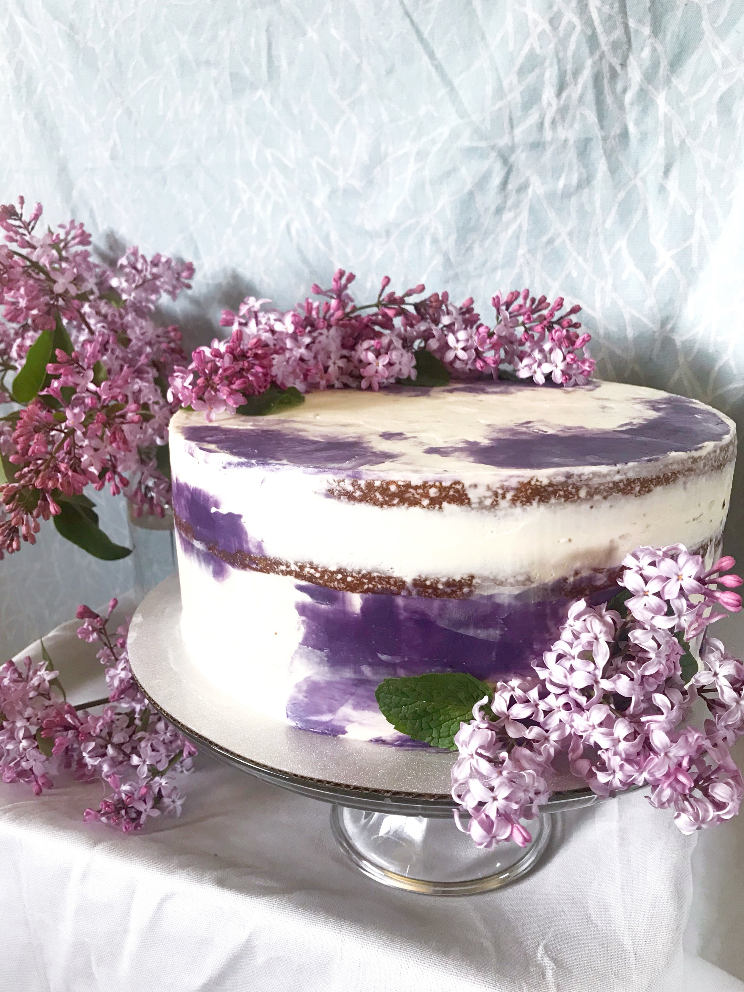 This is only one of I think 3 other cakes I've decorated with lilac. I can't get enough!