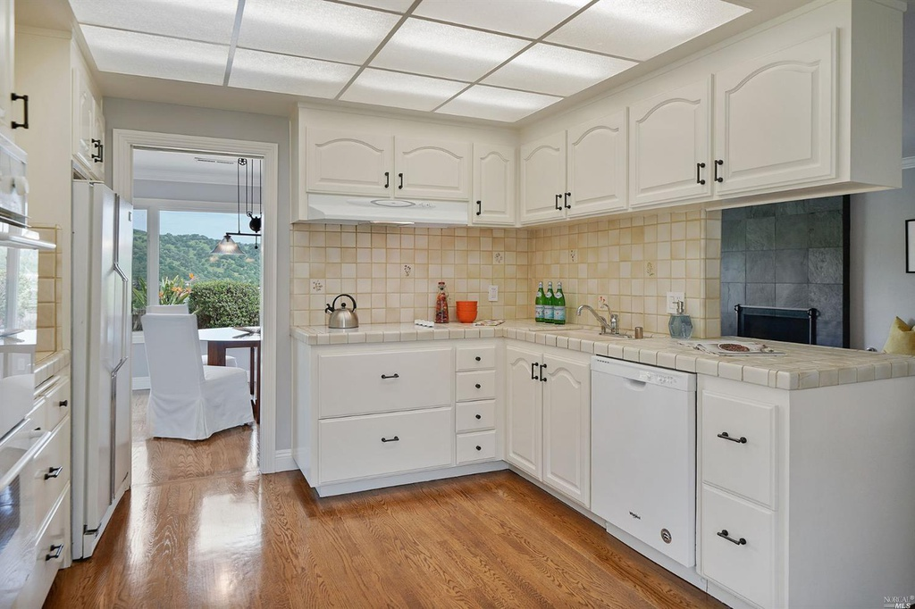 23MontevideoWay_kitchen.jpg