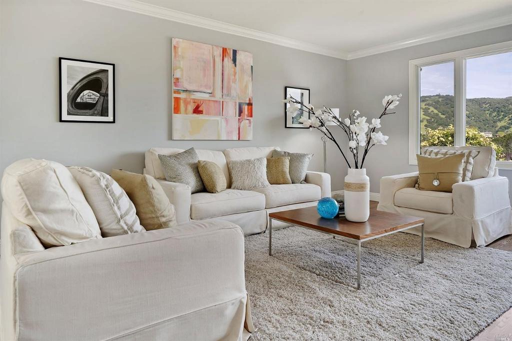 23MontevideoWay_livingroom.jpg