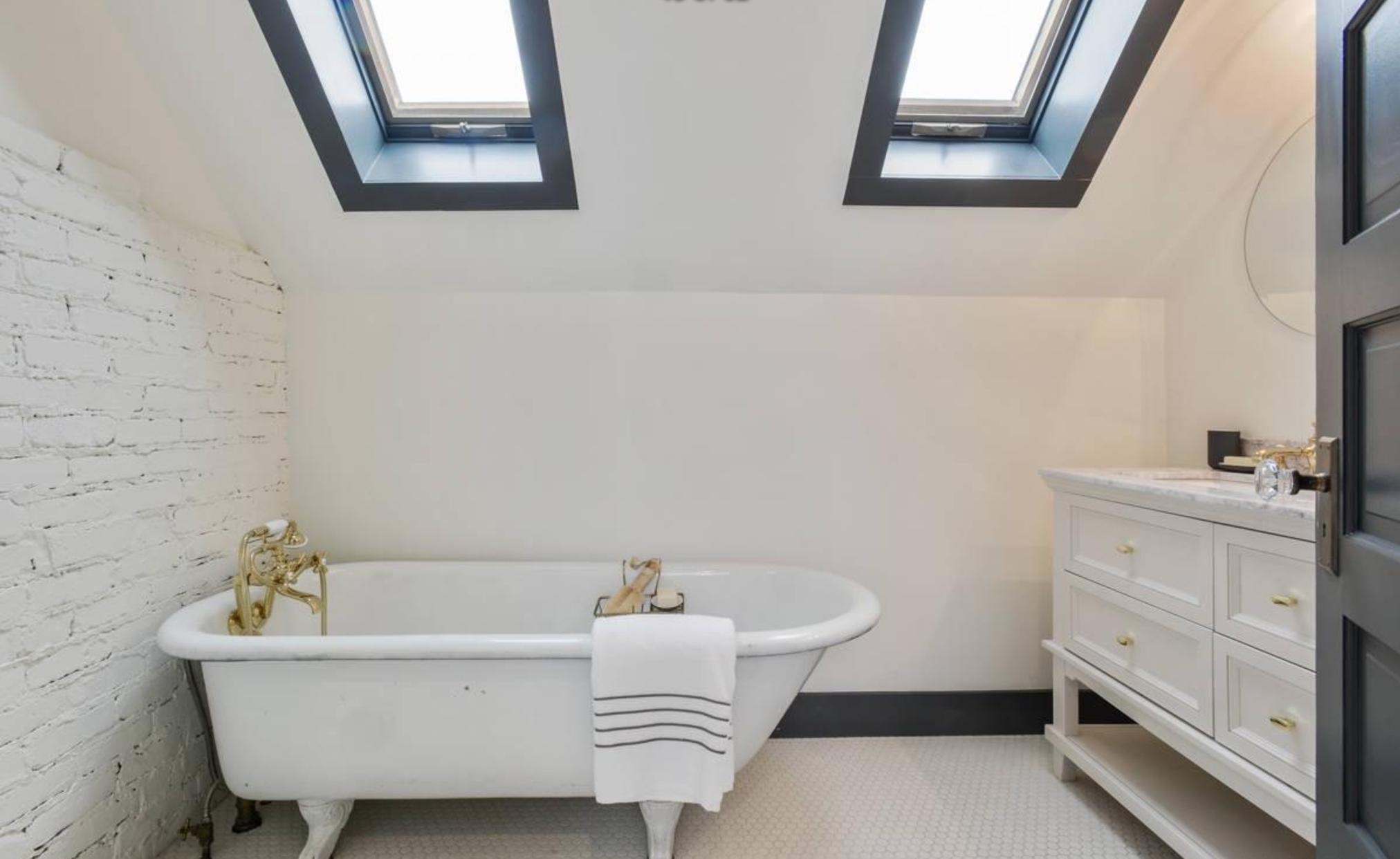 856 Baker Street - bathroom