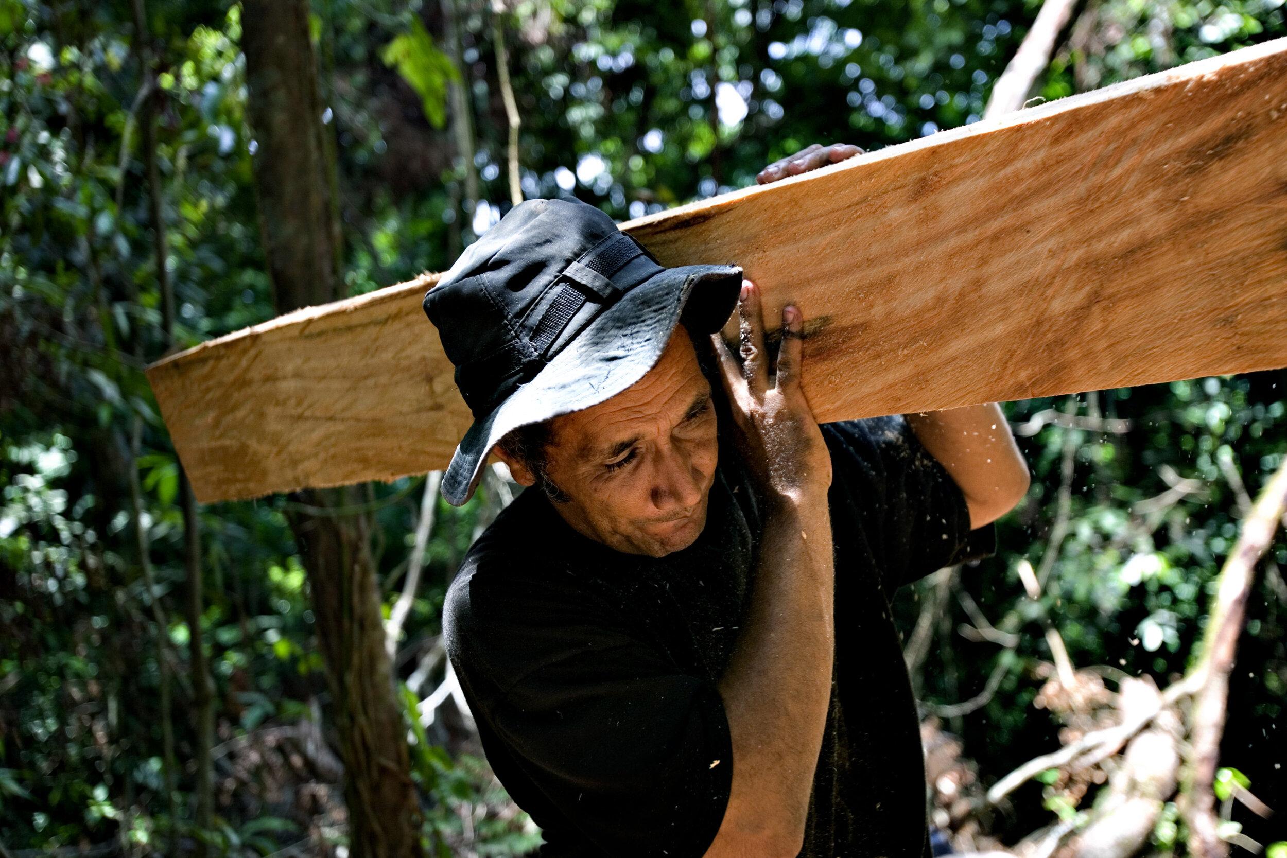 Carlos løfter tømmer - Miriam Dalsgaard.jpg