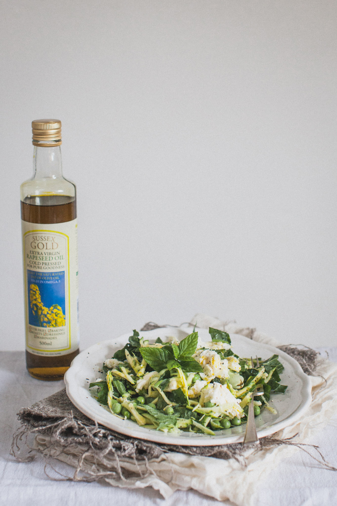 Raw courgette and mozzarella spring salad. A perfact starter or impressive accompaniment to a BBQ. Retreat // Food and lifestyle blog based in Sussex. Photography by Emma Gutteridge.