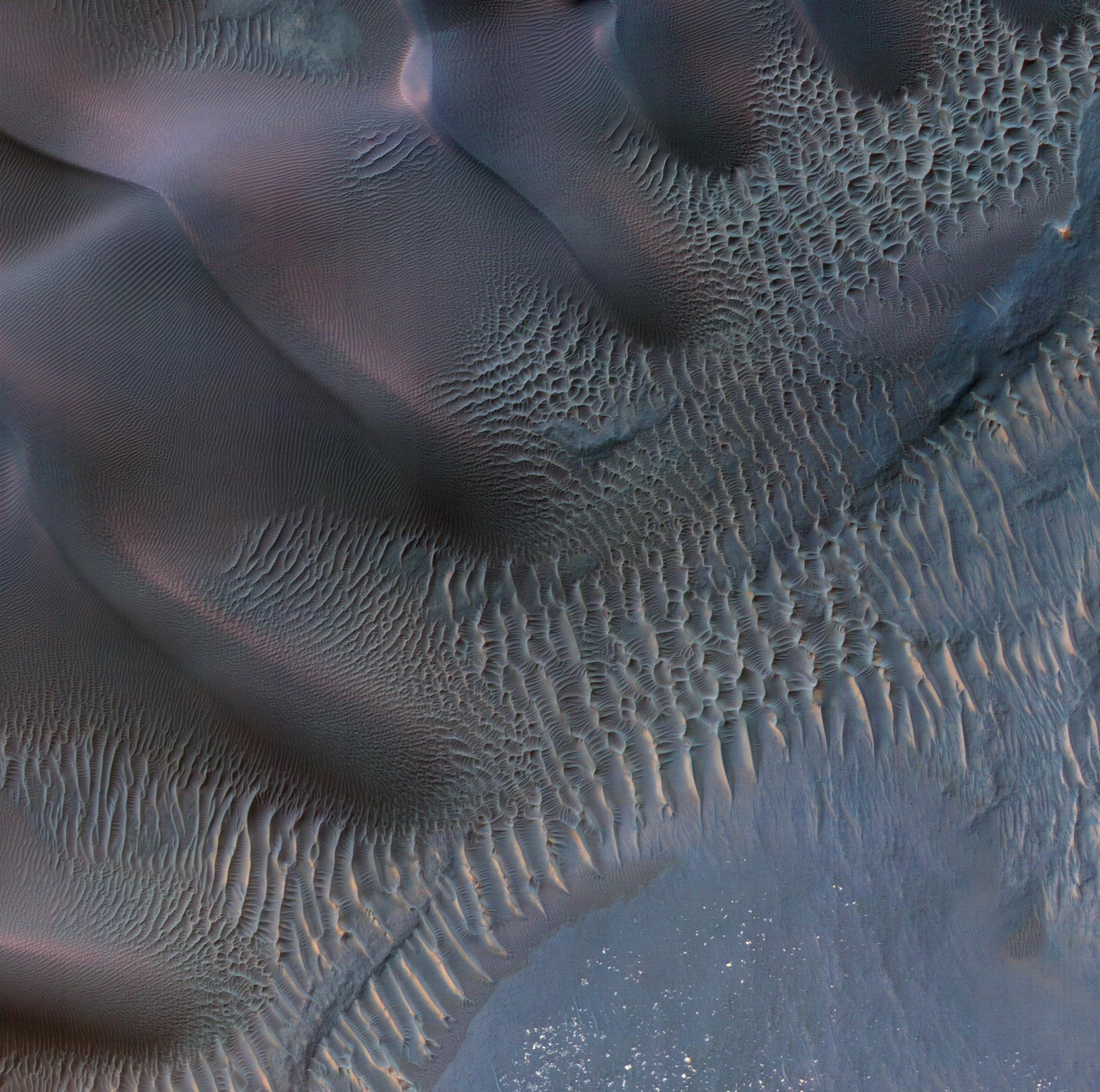 Dunes in Noachia Terra. Image credit: NASA/JPL/Caltech/University of Arizona