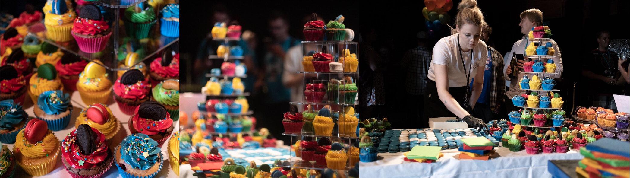 Colossal Order juhli 10-vuotissyntymäpäiviään Pakkahuoneella. Teemana oli festarit ja paikalle haluttiin näyttävä ja mahdollisimman överi muffinssipöytä sateenkaaren väreissä. Perinteiseen kakkutarjoiluun verrattuna tämä sopi festaritunnelmaan loistavasti. Tarjottavaa oli noin neljälle sadalle, muffinsseja neljässä eri maussa ja lisäksi myös gluteenittomia ja vegaanisia muffinsseja. Muffinssien lisäksi pöydässä oli yrityksen logo macaroneista rakennettuna. Tarjottavat laitettiin esille minulta vuokrattuihin muffinssitelineisiin sekä lasisille kakkuvadeille ja pöydän väriteemaan sopien mukana oli myös värikkäät servetit.