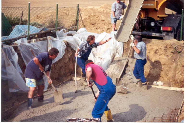 Nach dem nötigen Aushub des Erdreiches wird die Bodenplatte gegossen -