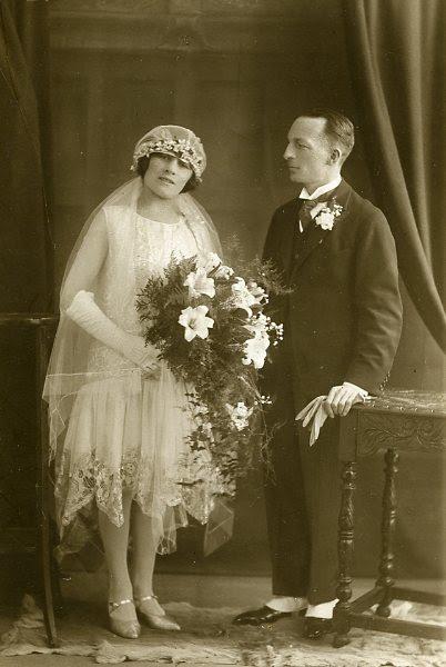 Wedding dress & headdress & veil   (1926)© Manchester City Galleries