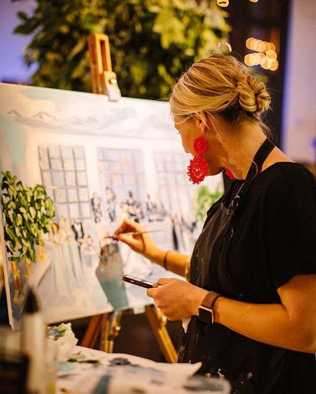 💖LIVE WEDDING PAINTING💖 Sounds a little intimidating at first, but @jennielouart breaks it down for us on the latest episode of the #positivelycreativepodcast 🙋🏻‍♀️ Raise your hand if you've thought about it or given it a try! . . . #artpodcast #podcastforcreatives #doitfortheprocess #eventpainting #livepainting #jennielouart #positivelycreative 📷: @jennielouart