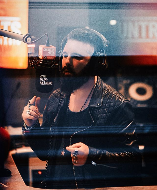 Loved doing the show from Edinburgh this week. Drop a track you'd like to hear from a British country artist in the comments and I'll pick one and do a shoutout on next week's show. 🔊@countryhitsuk . . . #countryhitsradio #countrymusic #countryradio #country #radio #edinburgh #edfringe2019