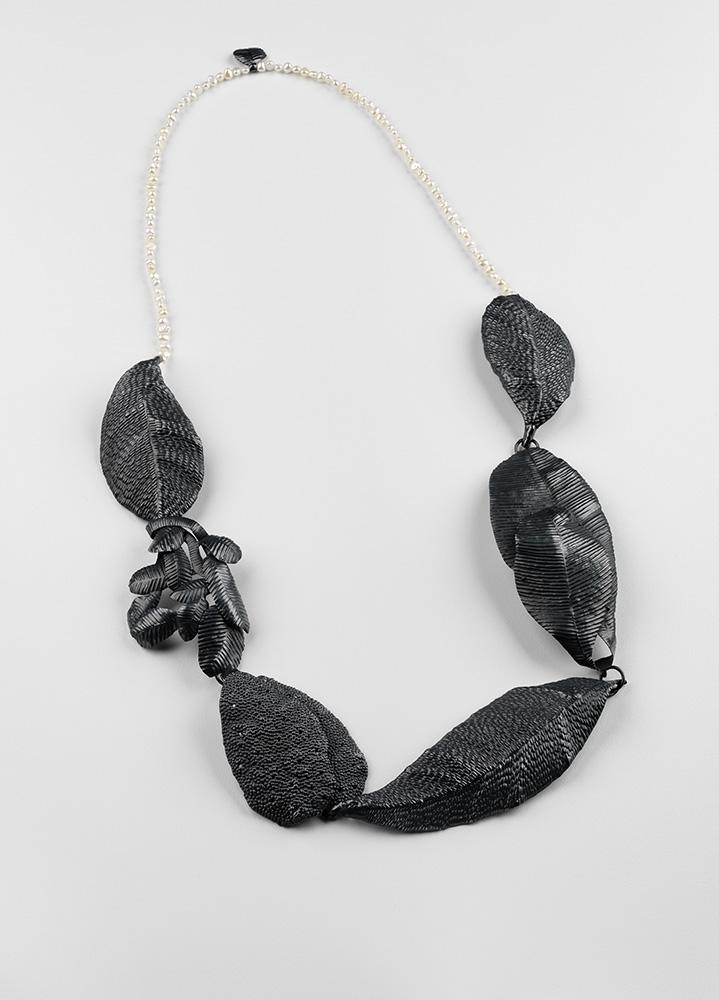 Julie Blyfeild  Pearl and Leaf  - Neckpiece, 2011. Oxidised sterling silver, fresh water pearls, wax 氧化纯银,淡水珍珠,蜡 370 x 190 x 15 毫米 mm