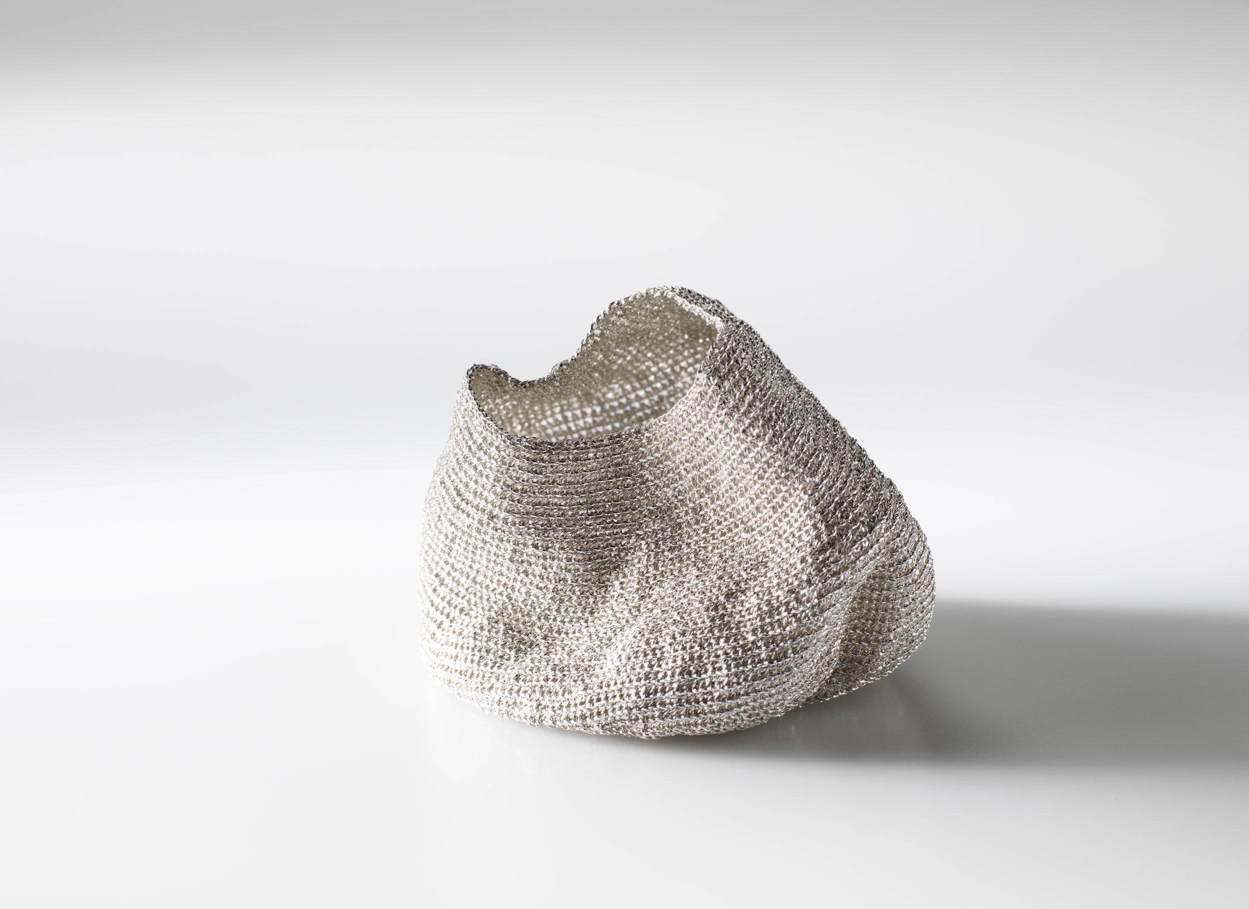 Catherine Buddle  Chrysalis iii  2016  Hand-crochet silver mi-fin thread, 925 brooch back 编制银线,925银搭扣 45 x 60 x 65 毫米 mm