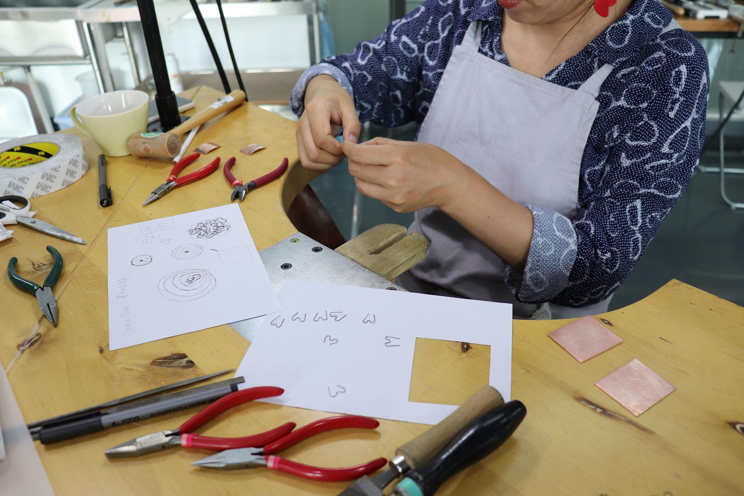 Yiwei Wu participating in Vicki Masons roller printing workshop  Photograph Gusse van der Merwe