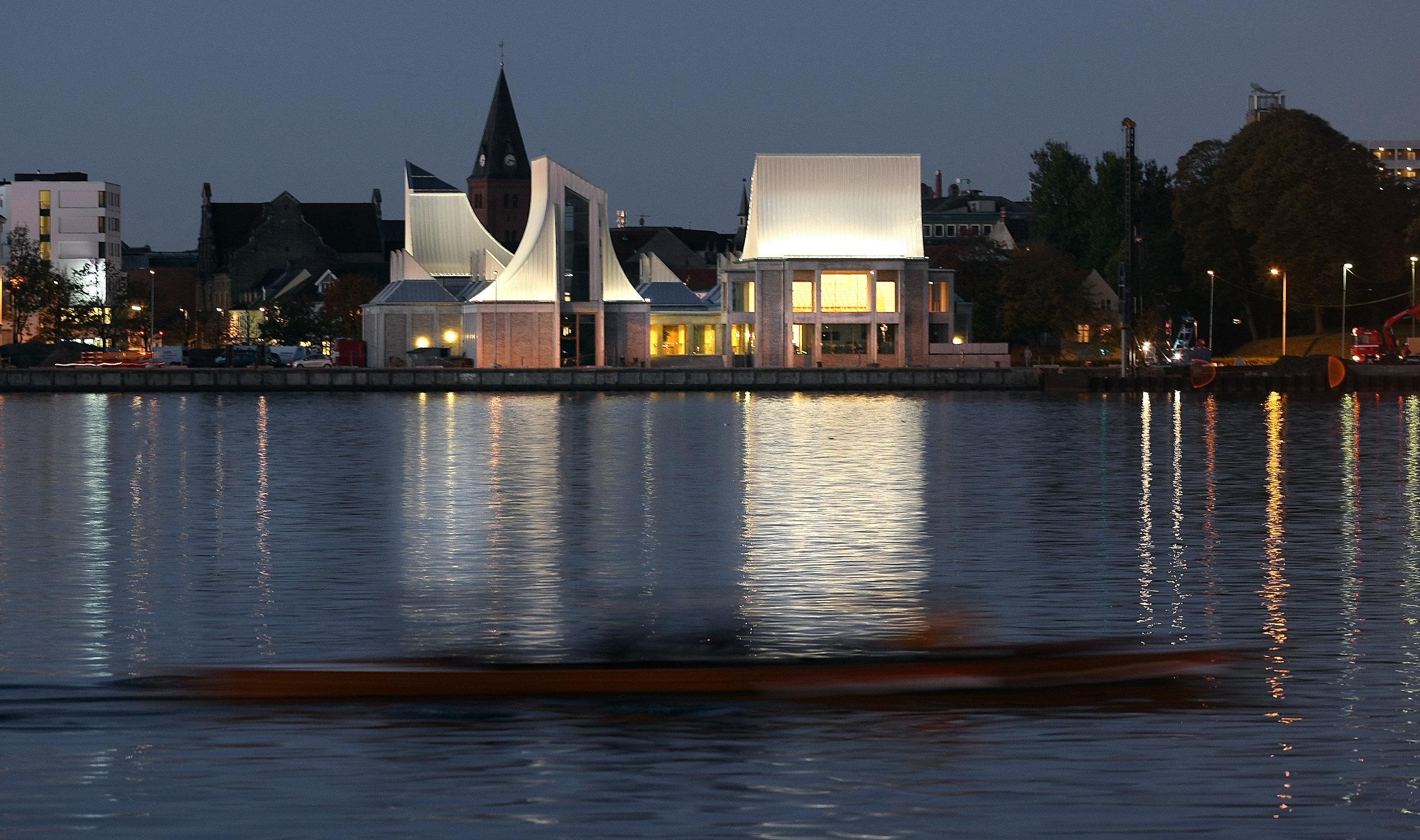 Aalborg_Aussenansicht_Nacht.jpg