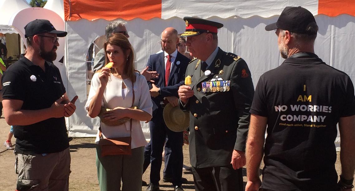 Staatssecretaris Visser bij de No Worries Company/Unit Victor stand tijdens Veteranendag