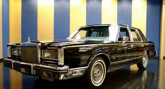 Lincoln-Towncar.jpg