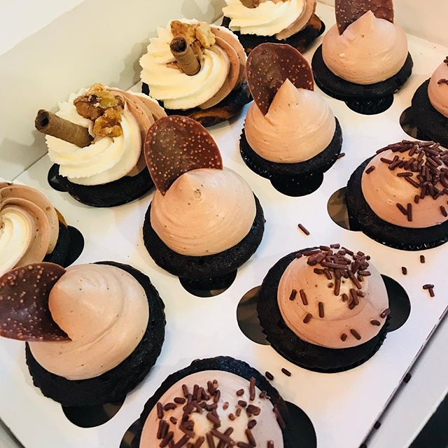 Specialty Organic Cupcakes ready to be devoured at @sweetbeaksoc ! If you're in #oceancitymd head on over to Sweet Beaks on 82nd Street and try their delicious ice cream and My Sweet Array's desserts! You will find our famous macarons and different fresh desserts daily. #mysweetarray #organiccupcakes #treatyoself #chocolate #oclocal