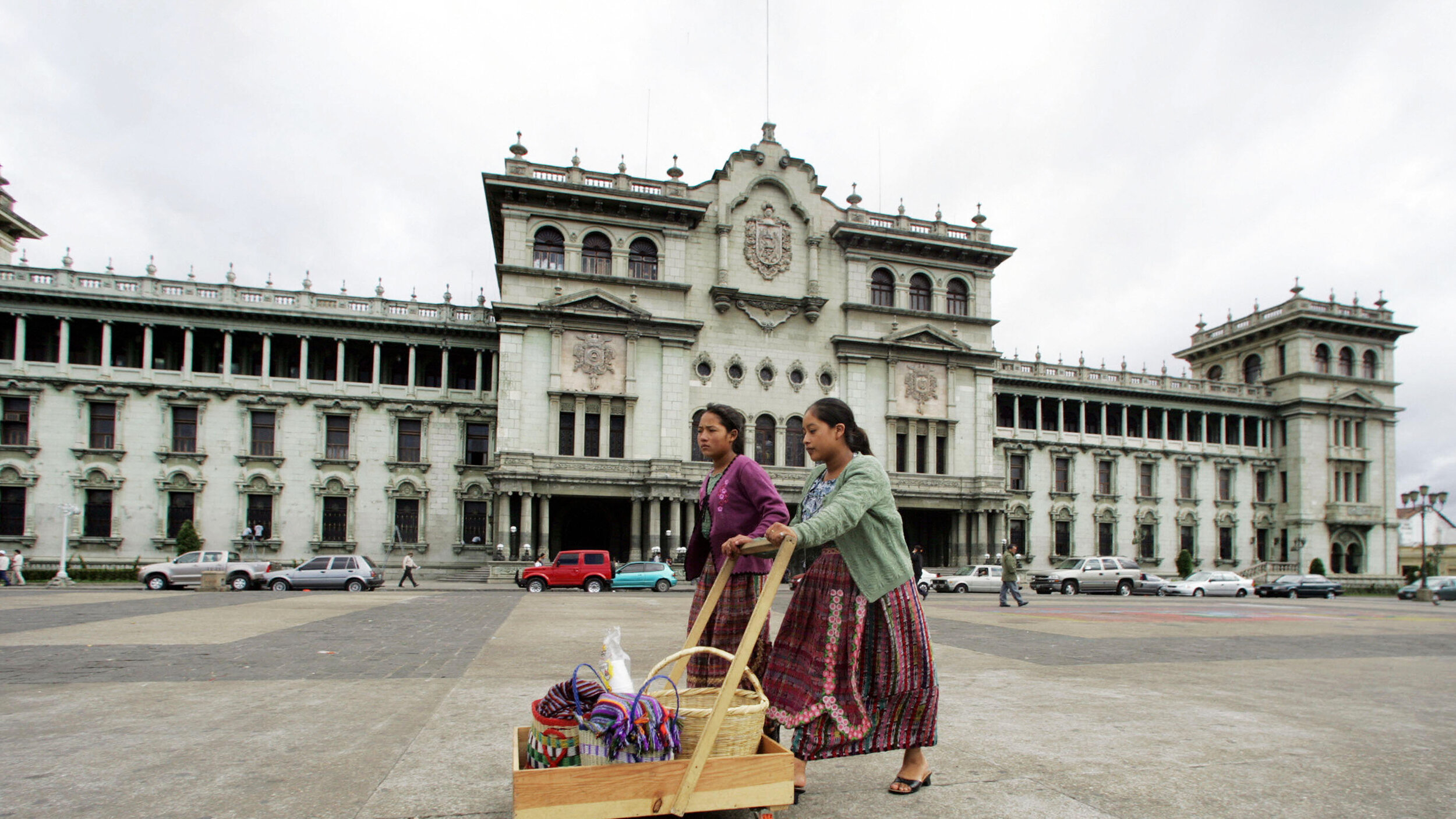 Two indigenous women crossing the Plaza de Constitución     Photo: ORLANDO SIERRA/AFP/Getty Image